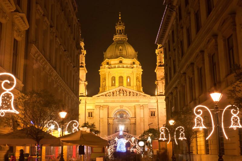 De kerstmarkt 2020met op de achtergrond deSint-Stefanusbasiliek op een van de top 15 mooiste kerstmarkten van 2020