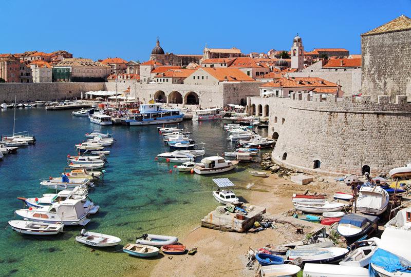 De haven met op de achtergrond de oude stadsmuren van Dubrovnikhoort bij een van de 4 x romantisch weekendje weg in Venetië