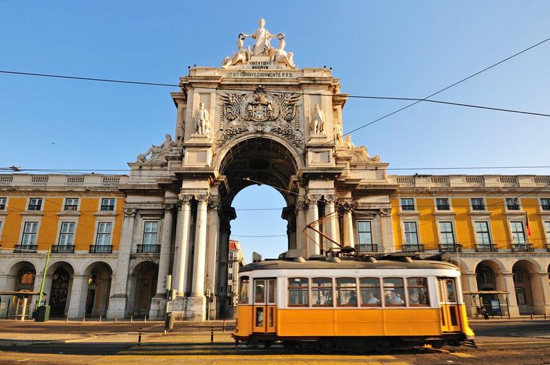 Tram 28 voorPraça do Comércio behoort tot een van de populaire stedentrips