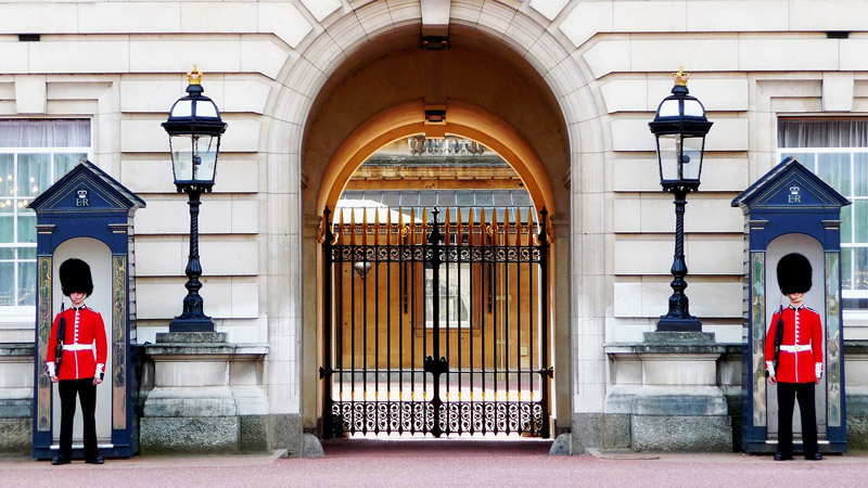 Entree van Buckingham Palace in Londen behoort tot een van de populaire stedentrips