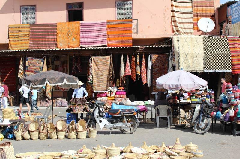 Levendige souk in de Medina behoort tot een van de Populaire stedentrips