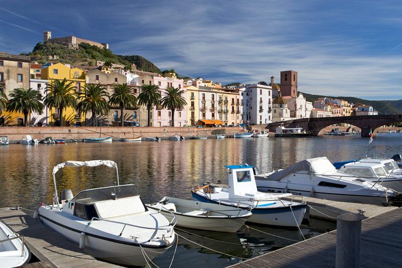 Bosa vanuit de haven met uitzicht op het kasteel hoort bij de route voor een rondreis Sardinië