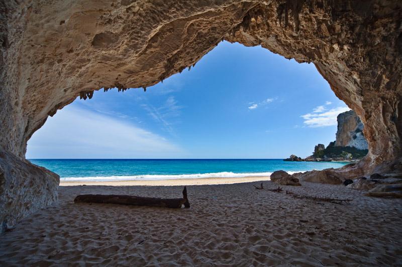 Grot bij het strandCala Gogone in Sardinië hoort bij de route voor een rondreis Sardinië