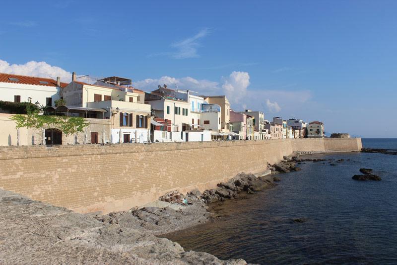 Stadsmuur van Alghero in Sardinië hoort bij de route voor een rondreis Sardinië