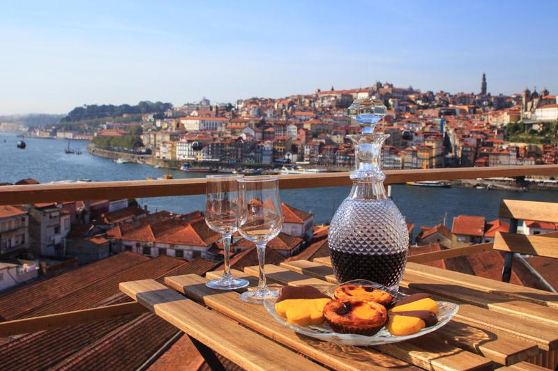 Portwijn in Porto met op de achtergrond de Douro hoort bij een van de 4 x romantisch weekendje weg in Venetië