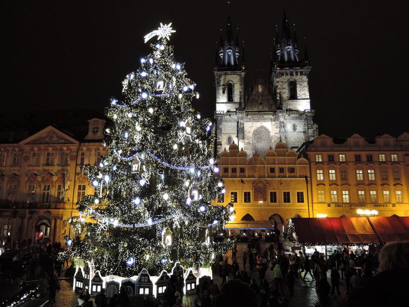 De grote kerstboom op de kerstmarkt 2020 op het Oude Stadsplein in Praag op een van de top 15 mooiste kerstmarkten van 2020