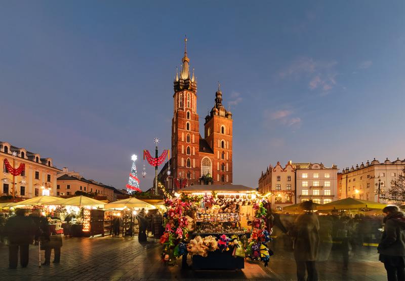 De Grote Markt met de kerstmarkt 2020 Krakau op een van de top 15 mooiste kerstmarkten van 2020