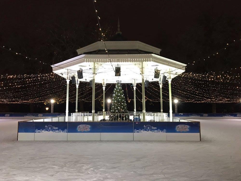 De schaatsbaan in Hyde Park in Londen tijdens de kerstmarkt 2020 op een van de top 15 mooiste kerstmarkten van 2020