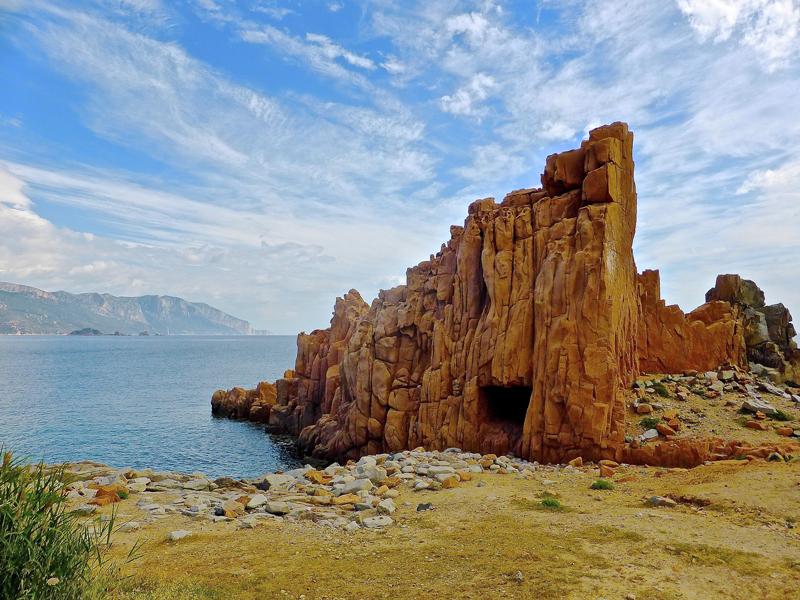 De steenformaties Le Rocce Rosse bij de stranden van Arbatax hoort bij de route voor een rondreis Sardinië