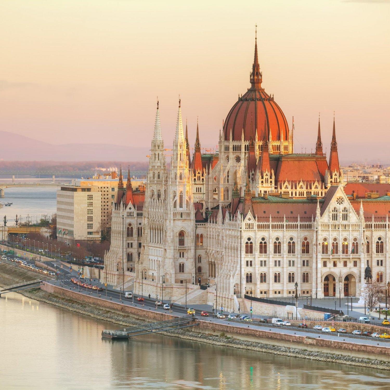Budapest hoort alleen al op je bucketlist kalender 2021 om het prachtige Parlementsgebouw