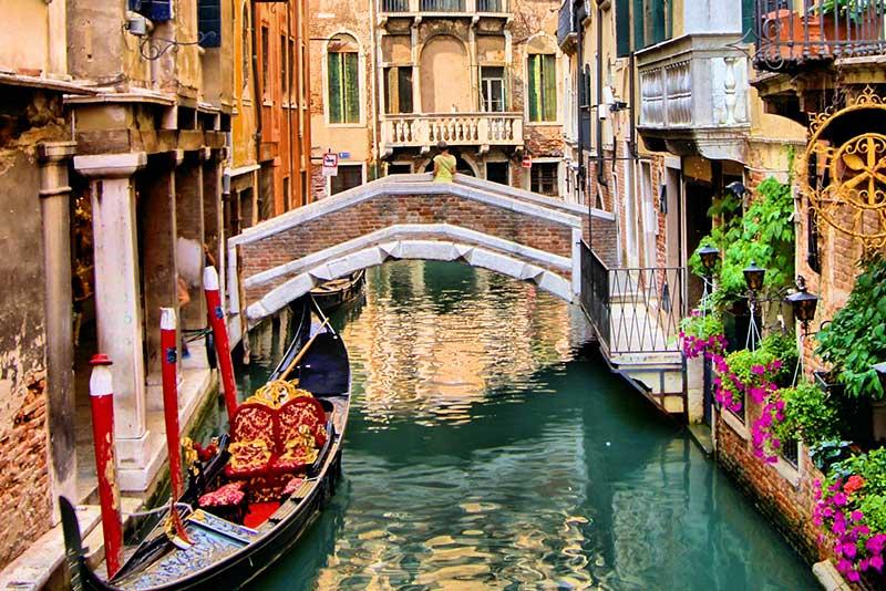 Een gracht met grondels in Venetië hoort bij een van de 4 x romantisch weekendje weg in Venetië