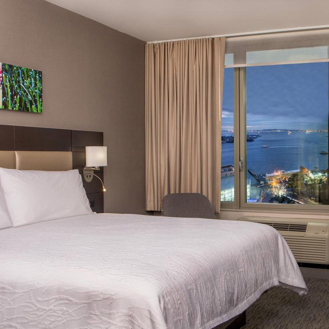 Een slaapkamer van Hotel Hilton Garden Inn Financial Center hoort bij een van de hippe hotels in New York