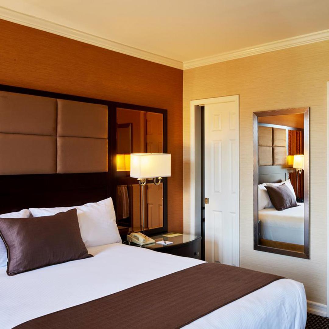 Een slaapkamer in Hotel Excelsior hoort bij een van de hippe hotels in New York