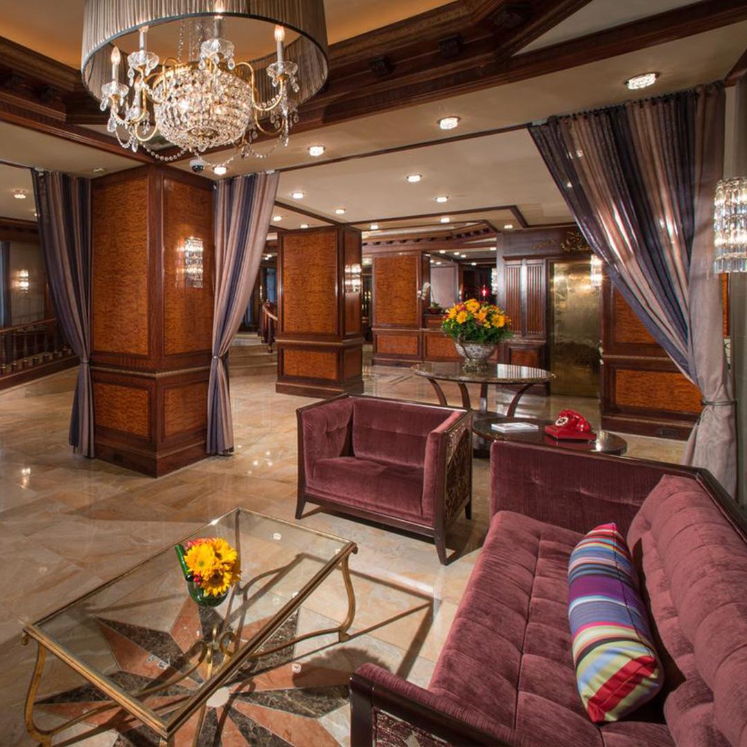 De lounge in Hotel Excelsior hoort bij een van de hippe hotels in New York