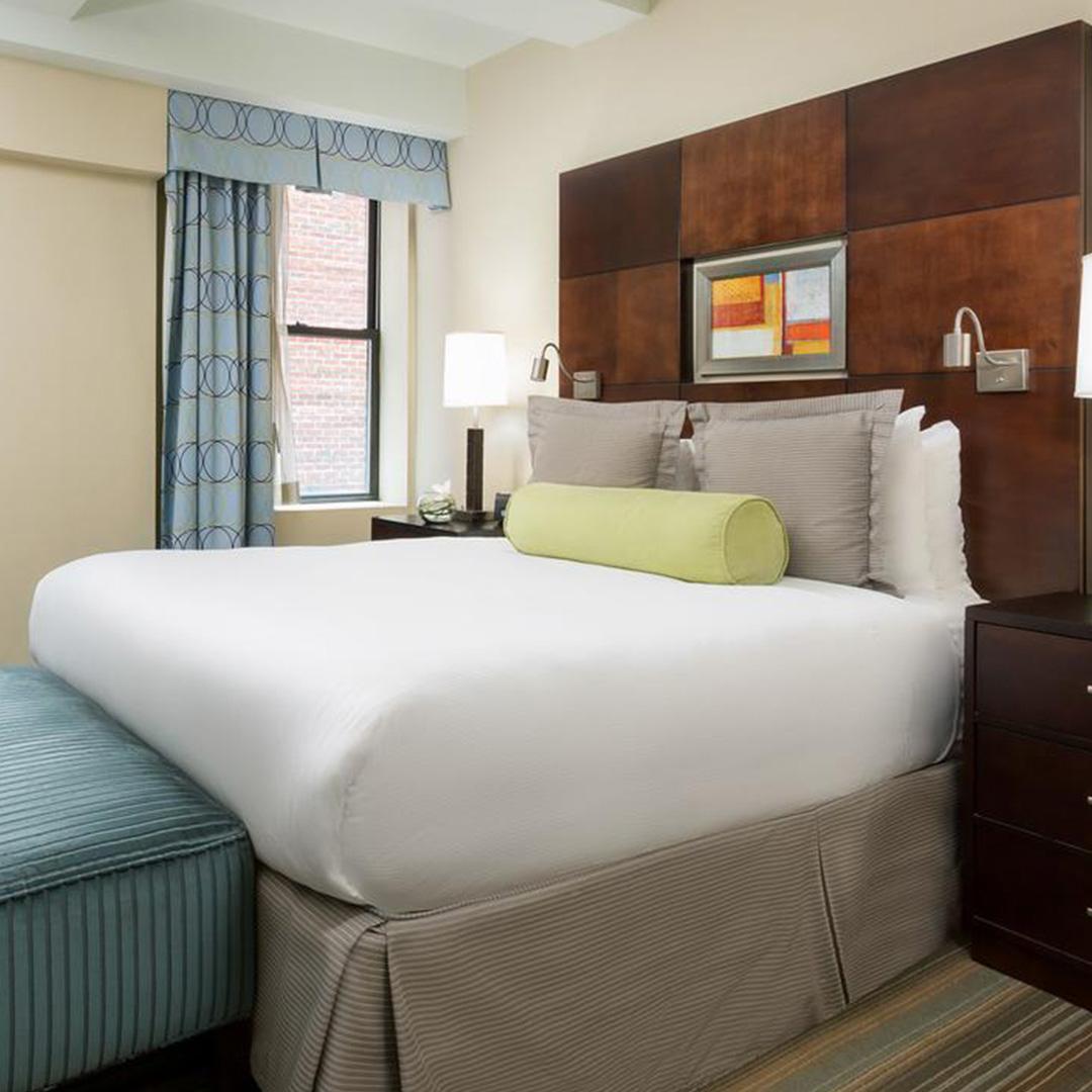 een slaapkamer in Hotel Mela Times Square hoort bij een van de hippe hotels in New York