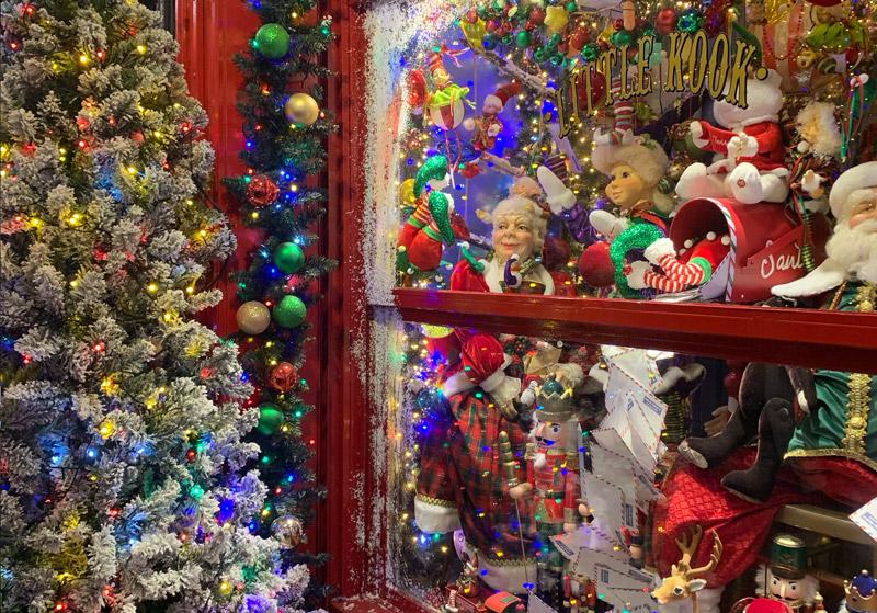 Het prachtig versierde restaurant Little KooK in Athene op een van de top 15 mooiste kerstmarkten van 2020