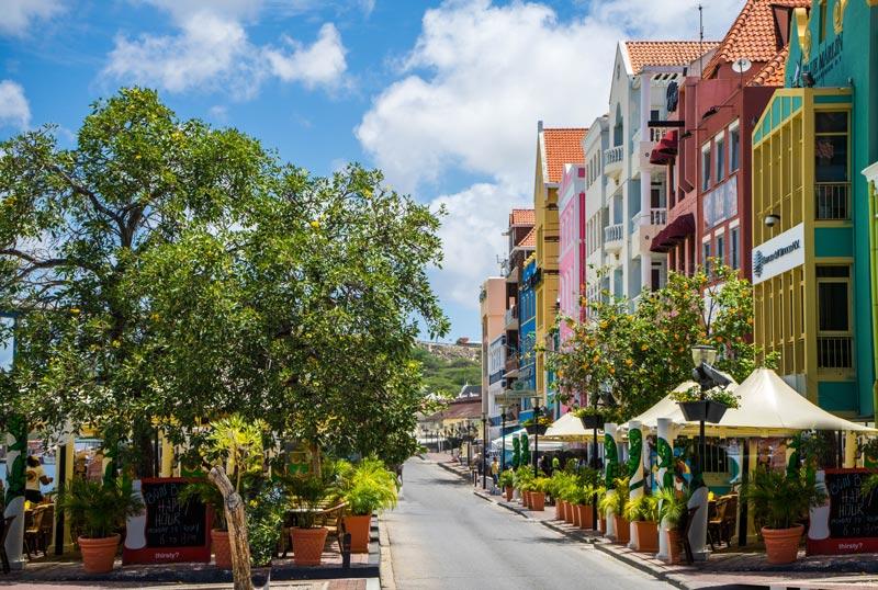 Kleurrijk straatje in Willemstad mag echt niet ontbreken op je wat te doen opCuraçao lijst!