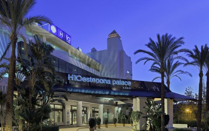 Ingang hotel H10 Estepona Palace in Costa Del Sol