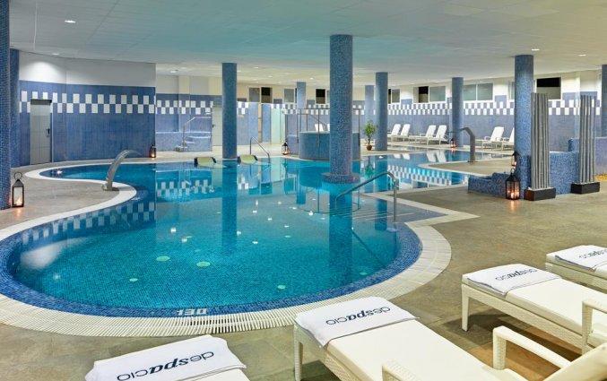 Zwembad hotel H10 Estepona Palace in Costa Del Sol