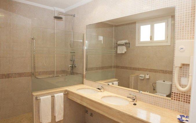 Badkamer van hotel Lloyds Beach Club in Alicante
