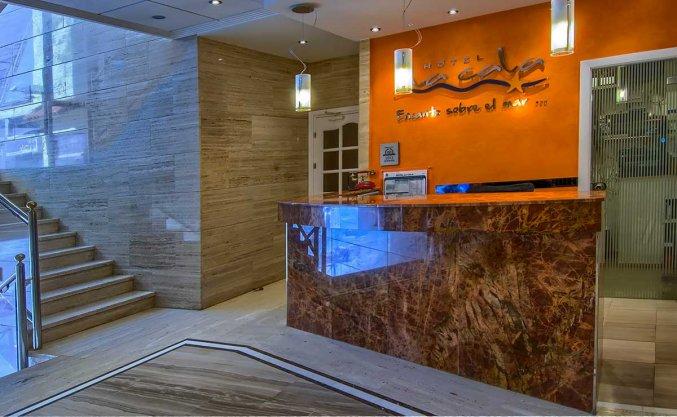 Receptie van hotel La Cala in Alicante