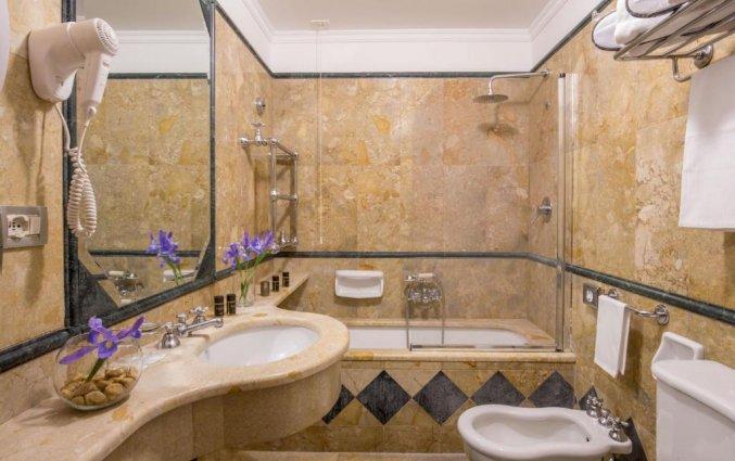 Badkamer van hotel Savoy in Rome
