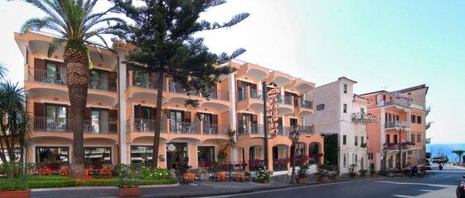 Gebouw van Hotel Santa Lucia in Amalfi