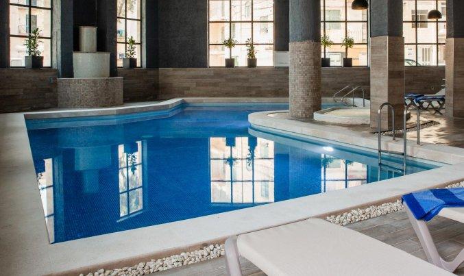 Binnenzwembad van Pebbles Resort St. Paul's Bay