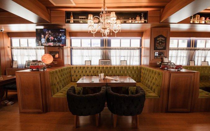 Zitplekken in de bar van Pebbles Resort St. Paul's Bay