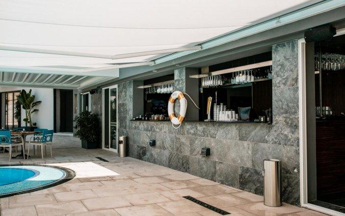 Bar bij het buitenzwembad van Pebbles Resort St. Paul's Bay