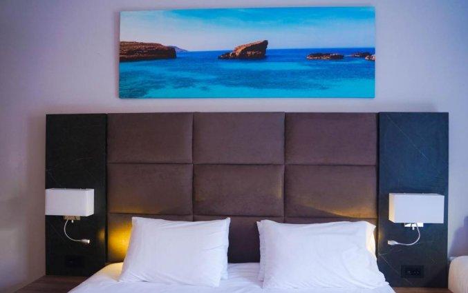 Bed in een kamer van Pebbles Resort St. Paul's Bay