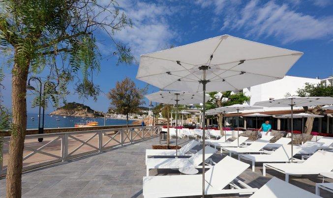 Ligbedjes bij zwembad van Hotel Golden Mar Menuda aan de Costa Brava