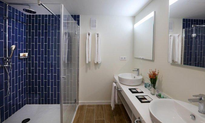 Badkamer van Hotel Golden Mar Menuda aan de Costa Brava