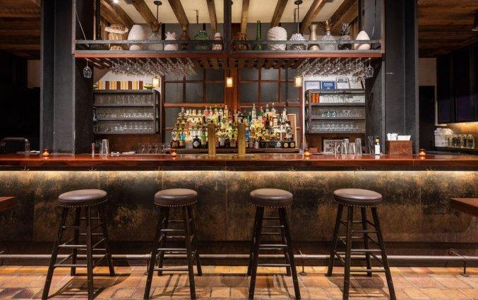 Bar met stoelen hotel Pod New York