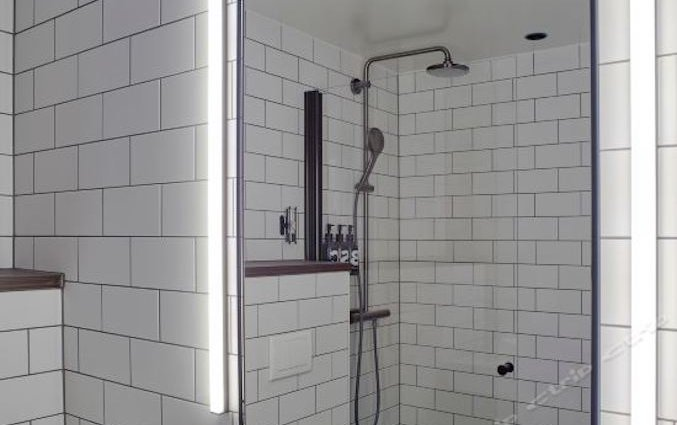 Badkamer van standaardkamer met douche van hotel downtown Camper