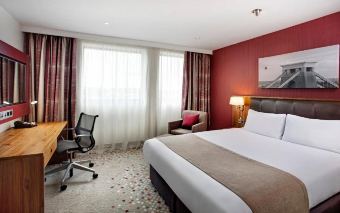 Hotelkamer met een tweepersoonsbed van hotel Holiday Inn in Bristol