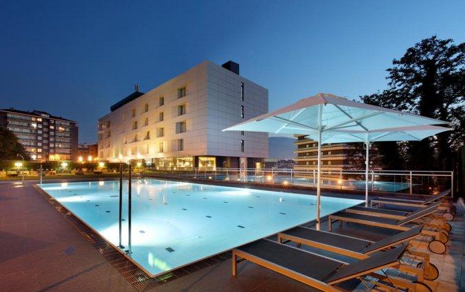 Het buitenzwembad van Hotel Occidental in Bilbao