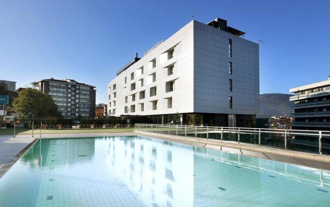 Buitenzwembad van Hotel Occidental in Bilbao