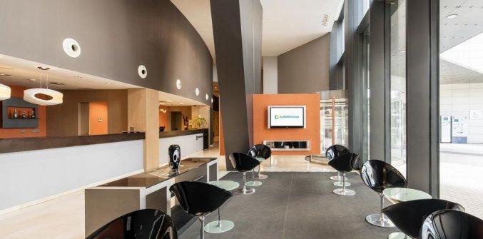 Lobby met zitgedeelte en receptie van Hotel Ilunion Aqua 3 in Valencia