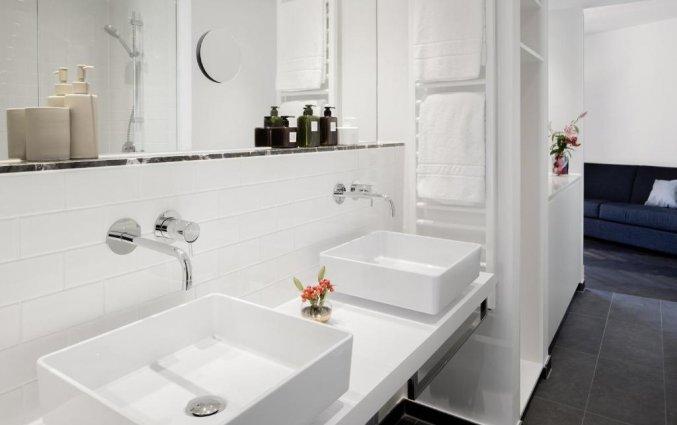 Tweepersoonskamer met badkamer van Hotel Amano Grand Central in Berlijn