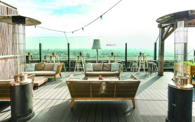 Skybar met ligbedden van Leonardo Hotel Amsterdam Rembrandtpark