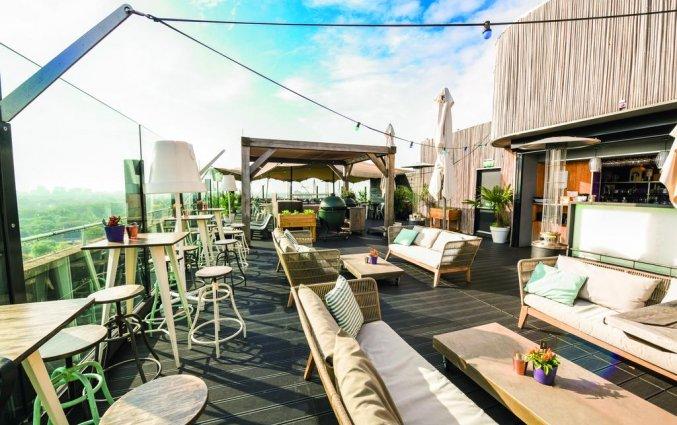 Loungeplekken bij de skybar van Leonardo Hotel Amsterdam Rembrandtpark