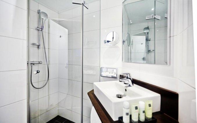 Badkamer in een kamer van Amsterdam Tropen Hotel