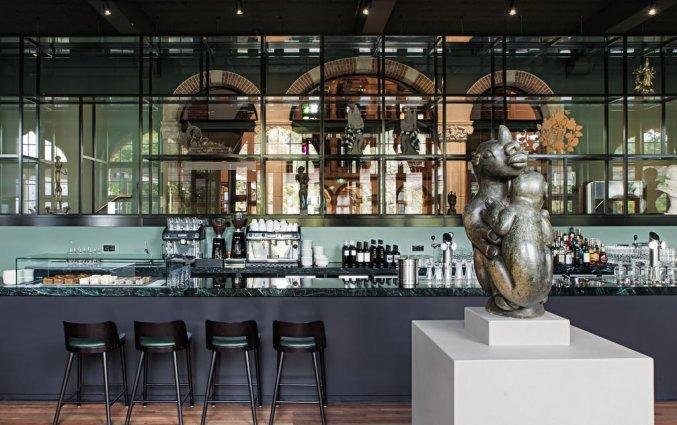 De bar in het restaurant van het Amsterdam Tropen Hotel