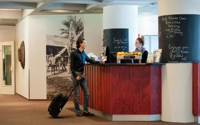 Inchecken aan de receptie van het Amsterdam Tropen Hotel