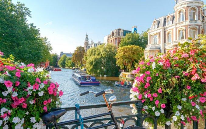 Amsterdam - Gracht met boot