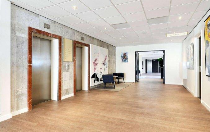 De hal en liften in Hotel NH Zandvoort aan de Nederlandse Kust