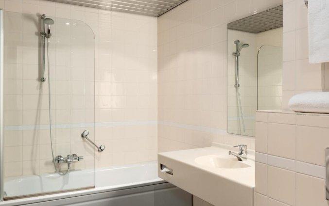 Badkamer van een tweepersoonskamer van Hotel NH Veluwe Sparrenhorst op de Veluwe