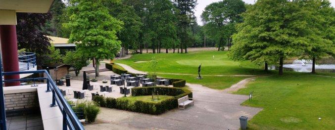Terras van Hotel DoubleTree by Hilton Royal Parc Soestduinen op de Utrechtse Heuvelrug