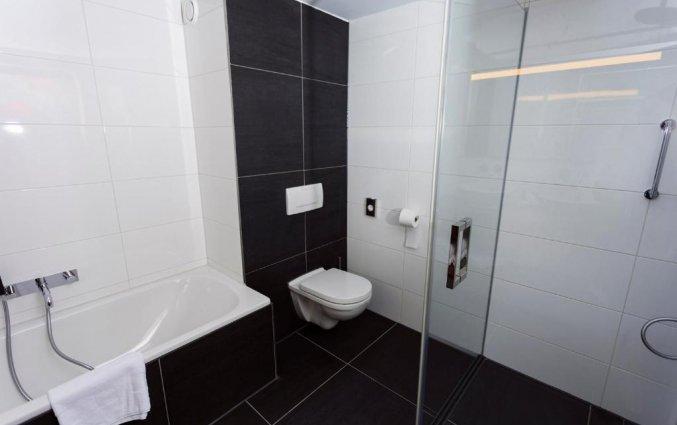 Badkamer van een tweepersoonskamer van Hotel DoubleTree by Hilton Royal Parc Soestduinen op de Utrechtse Heuvelrug